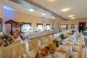 Sala ze stołem wiejskim