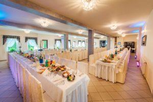 Stoły przygotowane na wesele