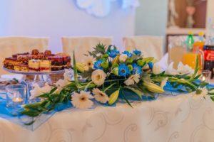 Kwiaty na stołach weselnych