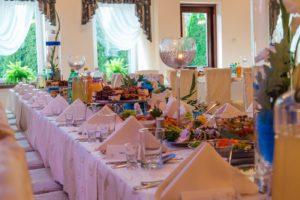 Dekoracje świecami na stole weselnym