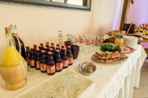 Alkohol na stole wiejskim